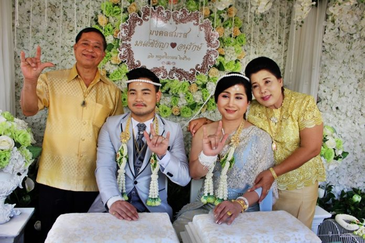 Cô dâu và chú rể trong lễ cưới.