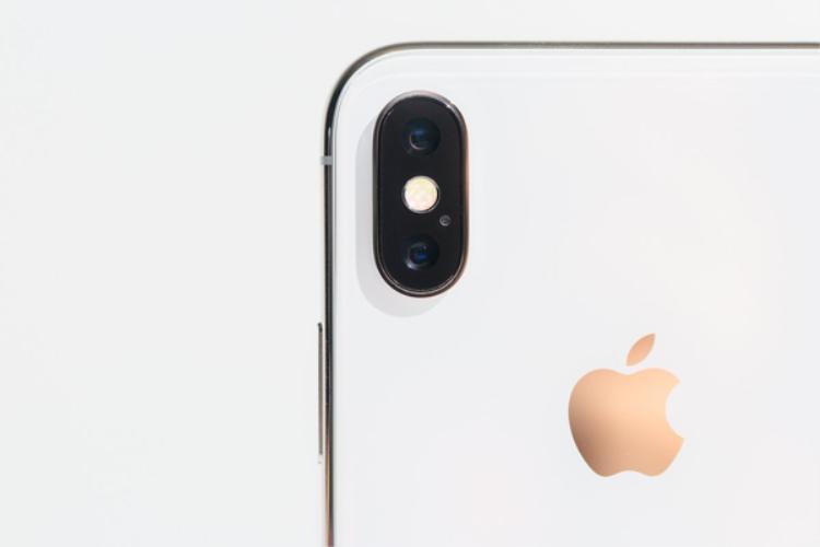Người dùng Việt Nam chuộng những chiếc iPhone X bản màu trắng hơn khiến ở một số thời điểm phiên bản trắng có giá cao hơn phiên bản đen đến 1 triệu đồng.