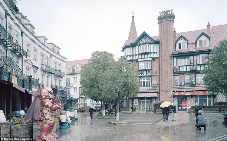Thoạt nhìn cứ ngỡ đây là một góc thành phố ở Anh, nhưng thực ra nó lại là một mô hình được xây dựng ở Trung Quốc.Các mô hình như thế này được xây dựng nhằm giúp cho người dân địa phương hoặc du khách Trung Quốc trải nghiệm phong cách châu Âu.