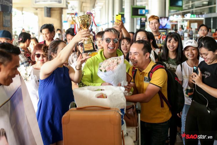 Tuy vuột giải thưởng tại MTV châu Âu nhưng Mr. Đàm cảm thấy vô cùng hạnh phúc vì các fan làm tặng anh một chiếc cúp và huy chương riêng.