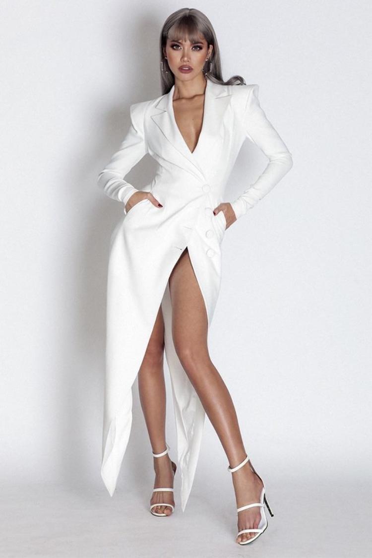 Trong một thiết kế khác có vẻ kín đáo hơn thì phần chân váy cũng được xẻ cao bất tận.