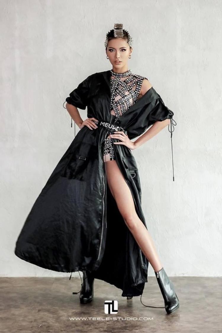Với những bộ váy khoe cá tính như thế này thì Minh Tú cũng không quên phải khoe chân.