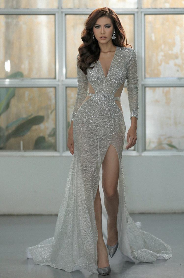 Minh Tú tuyệt đẹp trong chiếc váy xẻ cao và gắn đá lấp lánh. Những đường cut out táo bạo giúp tôn trọn vẻ đẹp của siêu mẫu.