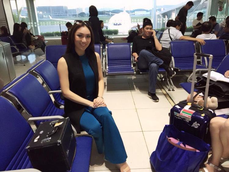 Karen Ibasco xuất hiện chớp nhoáng tại sân bay Tân Sơn Nhất.