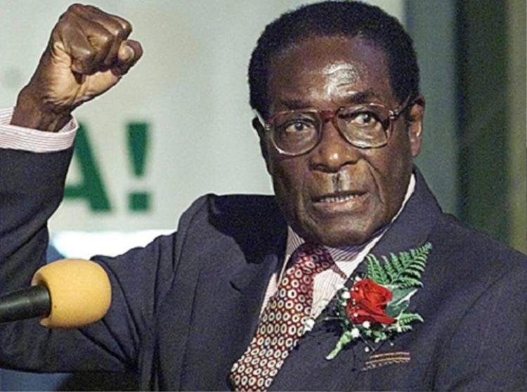 """Tổng thống Mugabe đã sử dụng quân đội để trấn áp nhằm giữ vững """"ngai vàng"""". Còn đối với ứng viên Tsvangirai, vì không muốn cử tri của mình bị thương, ông đã rút khỏi vòng hai. Kết quả, Mugabe vẫn tiếp tục nắm quyền, điều hành """"xứ tỷ phú chết đói""""."""