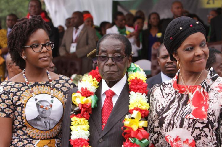 Hồi tháng 7, vị tổng thống đã chi 60.000 USD để làm quà tặng sinh nhật 60 tuổi của chị vợ. Bên cạnh đó, các con ông cũng tặng bác thêm 10.000 USD. Trong ảnh là vợ tổng thống, bà Grace và con gái (từ phải qua).