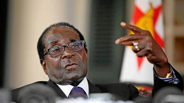 """Zimbabwe là một trong những quốc gia nghèo khổ nhất trên thế giới, với mức lạm phát hàng năm tăng tới 400.000%. Tại Zimbabwe, đồng đôla nội tệ là những tờ giấy in con số hàng triệu, thậm chí hàng nghìn tỷ. Nhiều """"tỷ phú"""" thậm chí không thể mua nổi thức ăn nuôi sống bản thân. Tháng 7/2008,tỷ lệ lạm phát của đất nước này lập kỷ lục thế giới với 231 triệu %). Có thời điểm, Zimbabwe in tiền nội tệ 100 nghìn tỷ đô la, nhưng giá trị chỉ tương đương 40 xu Mỹ."""