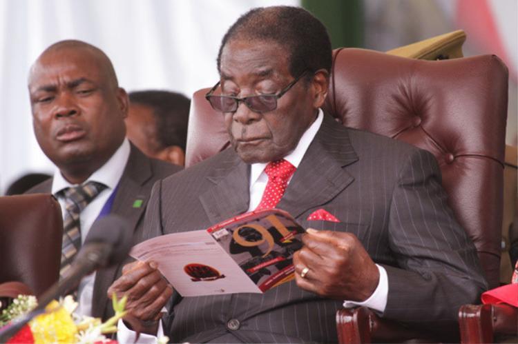 """Trong khi người dân sống trong cảnh nghèo khổ thì tổng thống của """"xứ tỷ phú chết đói"""" vẫn ung dung tận hưởng cống trong giàu có, xa hoa. Minh chứng cho lối sống giàu sang của Tổng thốngZimbabwe chính là bữa tiệc sinh nhật lần thứ 85. Dù dân chúng có chết đói, nhà lãnh đạo vẫn tổ chức sinh nhật triệu đô.Vào năm 2014, vị tổng thống cũng chi 900.000 USD để làm sinh nhật."""