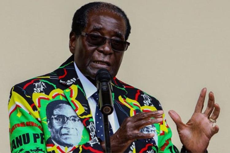Zimbabwe tổ chức bầu cử lầngần nhất là năm 2013. Khi đó, ông đã 89 tuổi. Ở độ tuổi quá già để điều hành đất nước, ông Mugabe đối mặt với nhiều ý kiến phản đối. Khi đó, Mugabe tuyên bố rằng có thể tiếp tục giữ chức vụ fổng thống đến hai nhiệm kỳ nữa, tức đến năm 2023, khi ông 99 tuổi.