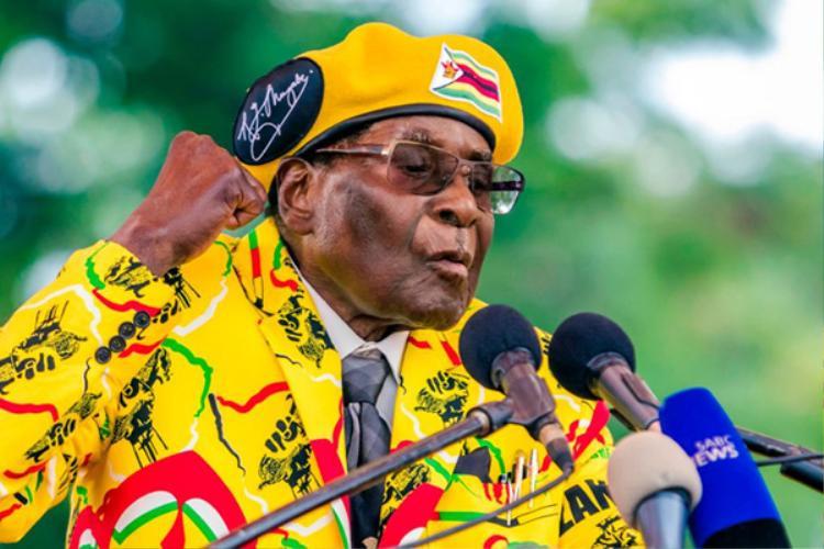 """Trước đó, trong cuộc bầu cử năm 2008, Mugabe từng tuyên bố với Morgan Tsvangirai - một ứng viên tranh cử tổng thống năm đó, rằng: """"Nếu anh thua trong cuộc bầu cử và bị người dân phản đối, tốt hơn hết là nên rút khỏi chính trường"""". Tuy nhiên, sau khi kết quả bầu cử cho thấy Mugabe đứng sau đối thủ, ông không giữ lời và đổi giọng: """"Chỉ có ông trời mới có thể đuổi tôi ra khỏi văn phòng này""""."""