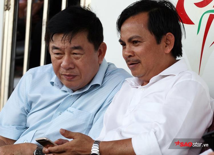 Trưởng ban trọng tài Nguyễn Văn Mùi (áo xanh).