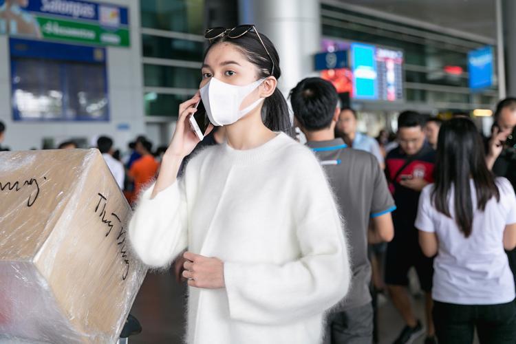 Vừa đặt chân đến sân bay, người đẹp liên tục bận rộn với những cuộc điện thoại.