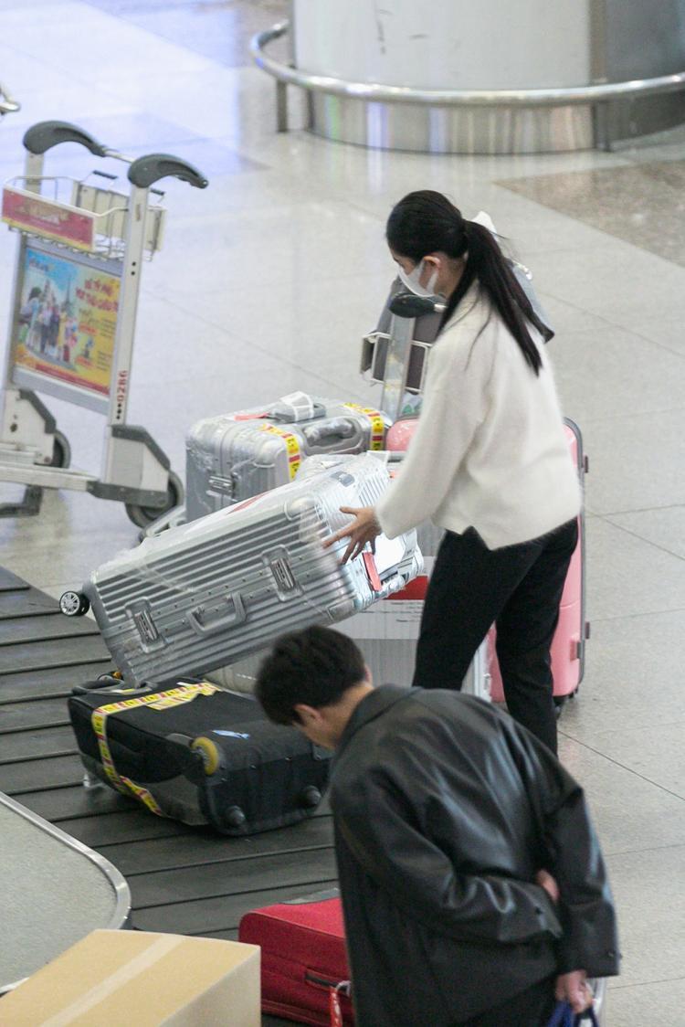 Người đẹp một mình loay hoay với khối hành lý hơn 100 kg.
