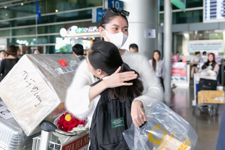 Một vài người thân đã có mặt để chào đón Thùy Dung trở về.