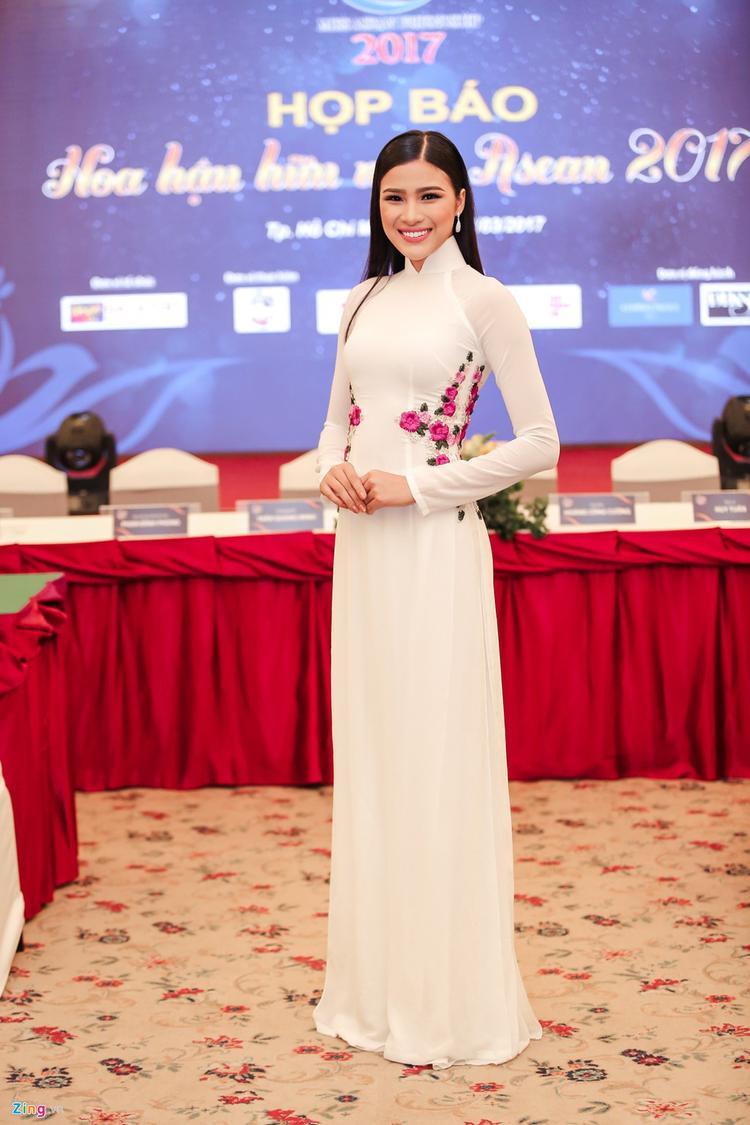 Trái lại, người đẹp quê Bắc Ninh lại thật sự xinh đẹp và tỏa sáng trong tà áo dài trắng tinh khôi. Mái tóc đen thẳng mượt cũng góp phần tôn lên nét dịu dàng, đằm thắm của chân dài sinh năm 1994.