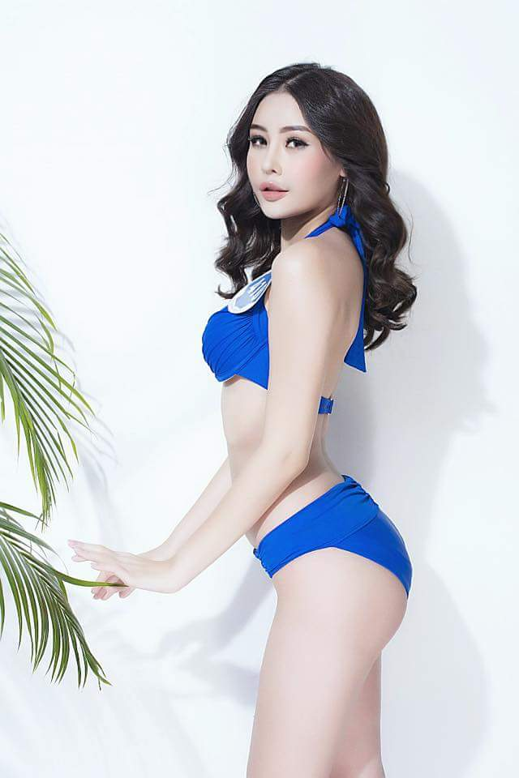 Nếu so sánh với những bộ cánh màu sắc lòe loẹt cùng cách tạo dáng có phần quá đà của Ngân Anh thì Nguyễn Thị Thành lại tiếp tục ghi điểm.