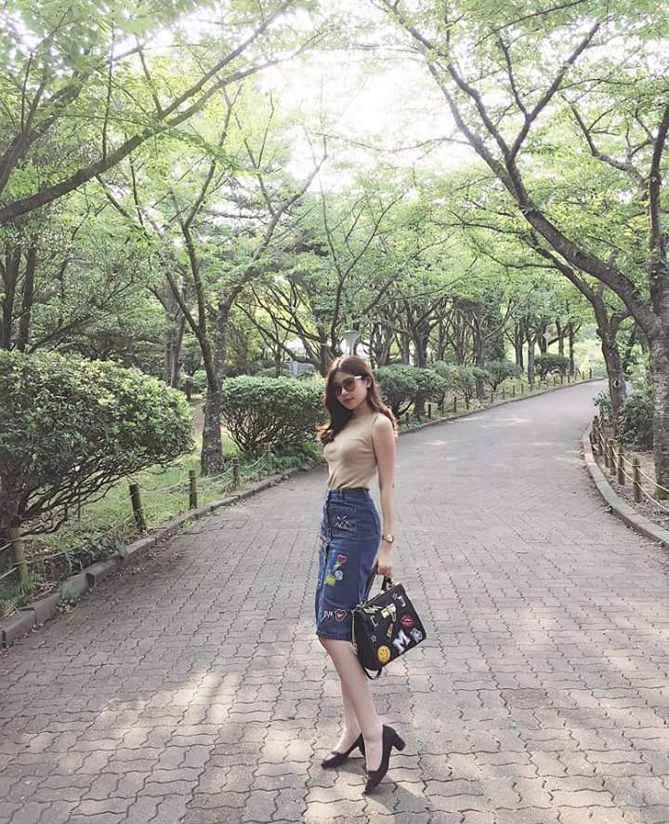 Hoa hậu đại Đương ưa chuộng những thiết kế ôm sát, khoe trọn hình thể gợi cảm. Một điểm chung dễ nhận thấy là cô hiếm khi thay đổi kiểu tóc để phù hợp với từng set đồ.