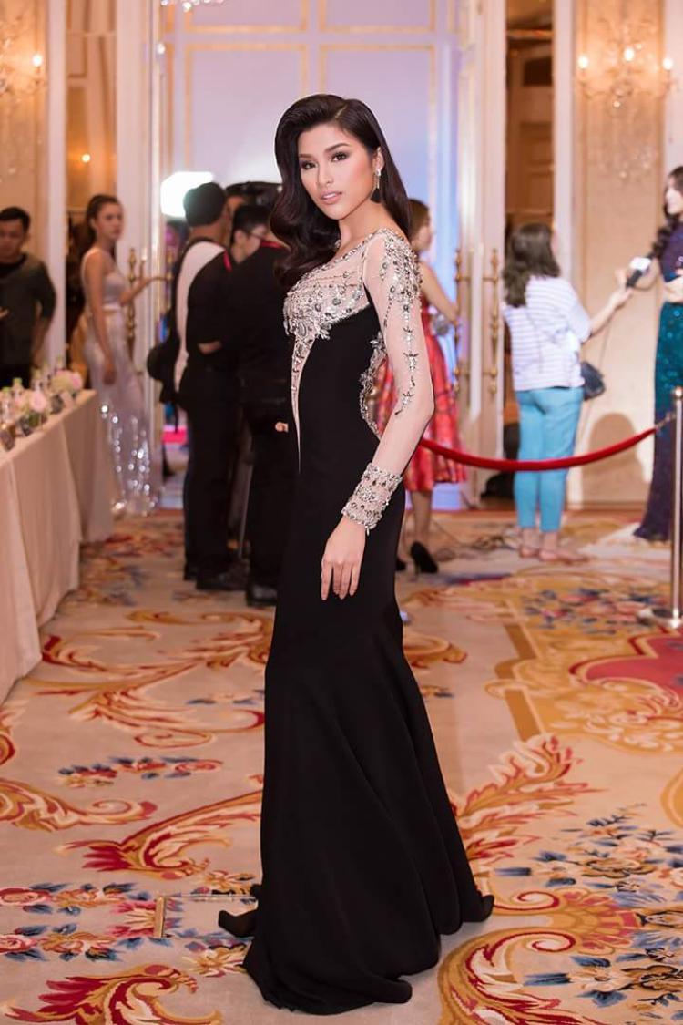 Hoặc những bộ váy đính kết vừa phải, tôn dáng cũng là sự lựa chọn yêu thích của người đẹp.