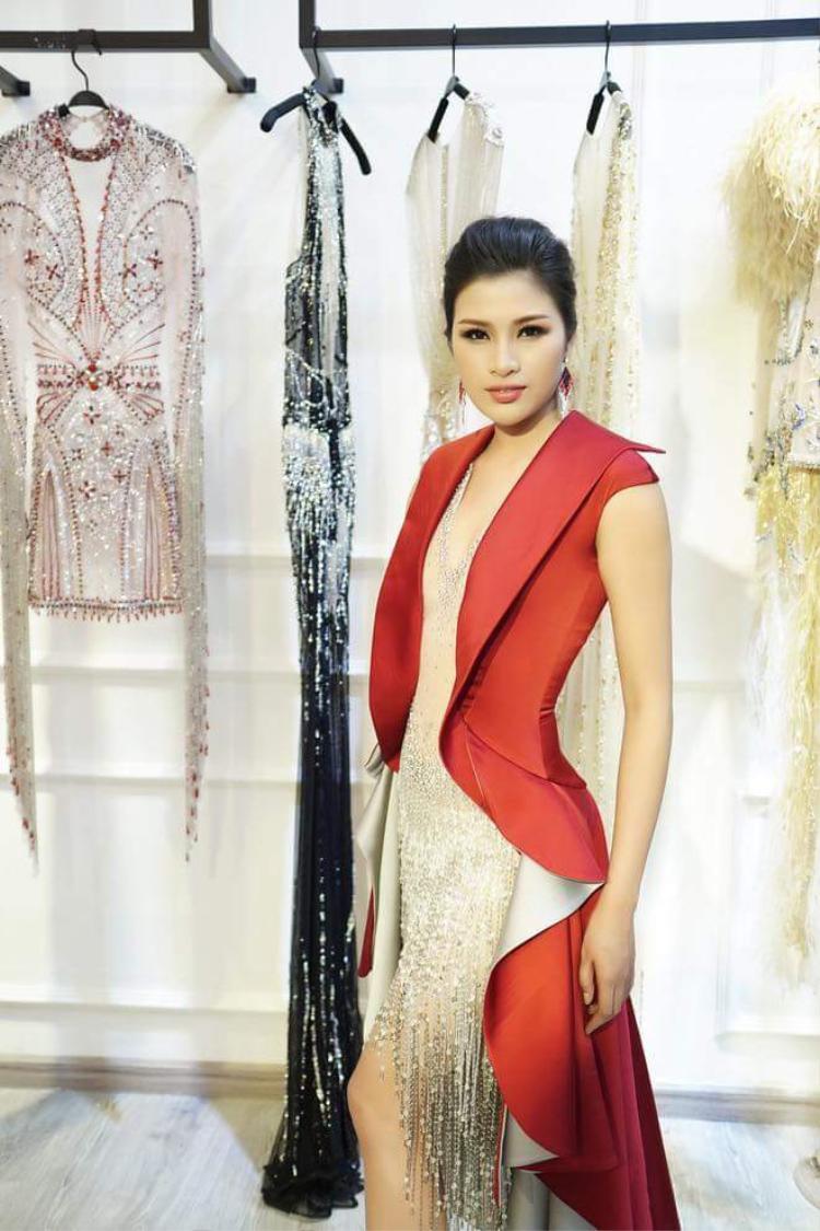 Hay thiết kế áo vest chuyển màu ombre phối cùng váy pha lê tua rua tạo nên tổng thể khá lạ mắt.