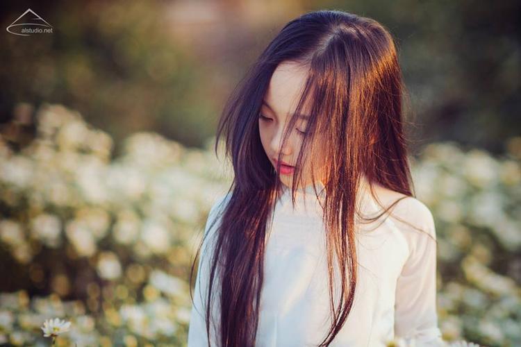Mái tóc dài thướt tha rất hợp với tạo hình áo dài trắng - (Ảnh: Lã Anh).