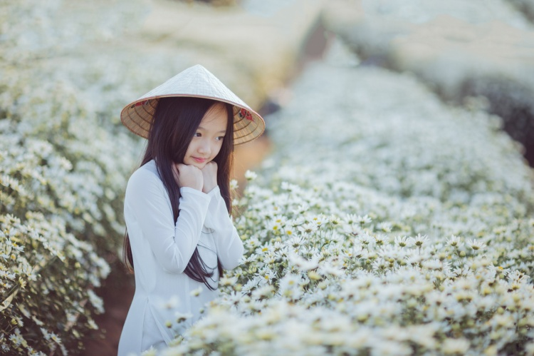 Cô bé được mệnh danh là Tiểu Châu Tấn đẹp hút hồn với bộ ảnh chụp cùng cúc họa mi