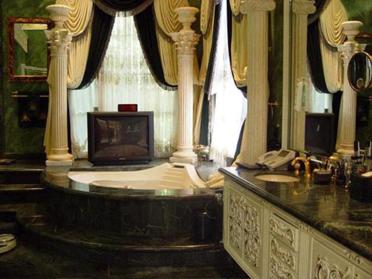 Phòng tắm được trang trí theo phong cách hoàng gia.