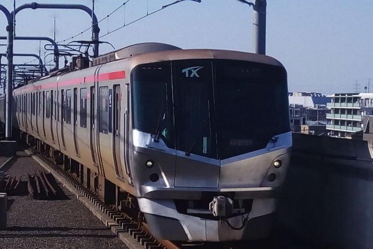 Một đoàn tàu trên tuyến Tsukuba Express.