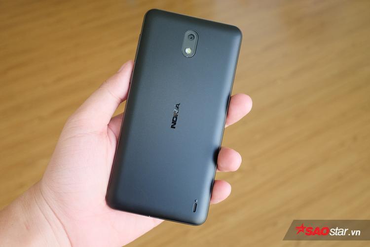 Mặt sau dùng vật liệu polycarbonate đúc nhám mịn, giúp cho máy chống bám bẩn. Nhìn sơ qua có cảm giác giống với các mẫu Lumia của Nokia trước đây.