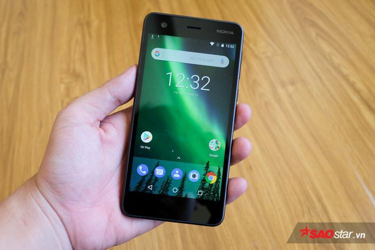 Trải nghiệm nhanh cho thấy màn hình của Nokia 2 có độ sáng khá ổn, màu sắc trung thực. Tuy nhiên viền màn hình và 2 cạnh trên dưới khá dày, đồng thời 3 phím điều hướng lại đặt bên trong màn hình trông chưa hợp lí cho lắm.