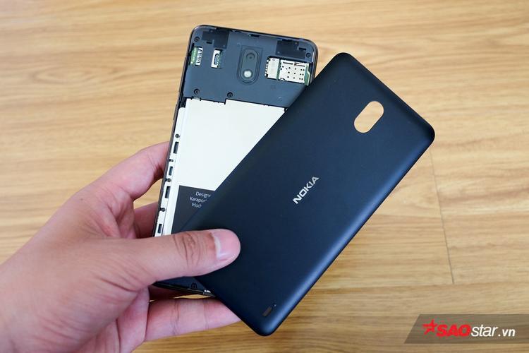 Phần mặt sau có thể tháo nắp lưng, đây là nơi bố trí khe cắm SIM và thẻ nhớ, giống như với các điện thoại cơ bản khác của Nokia trước đây.