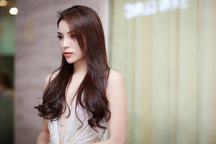 Khác với Sam, người đẹp sinh năm 1996 chọn kiểu tóc tự nhiên hơn, hay tông trang điểm cũng nhẹ nhàng tương tự, nhưng mang lại hiệu quả hình ảnh.
