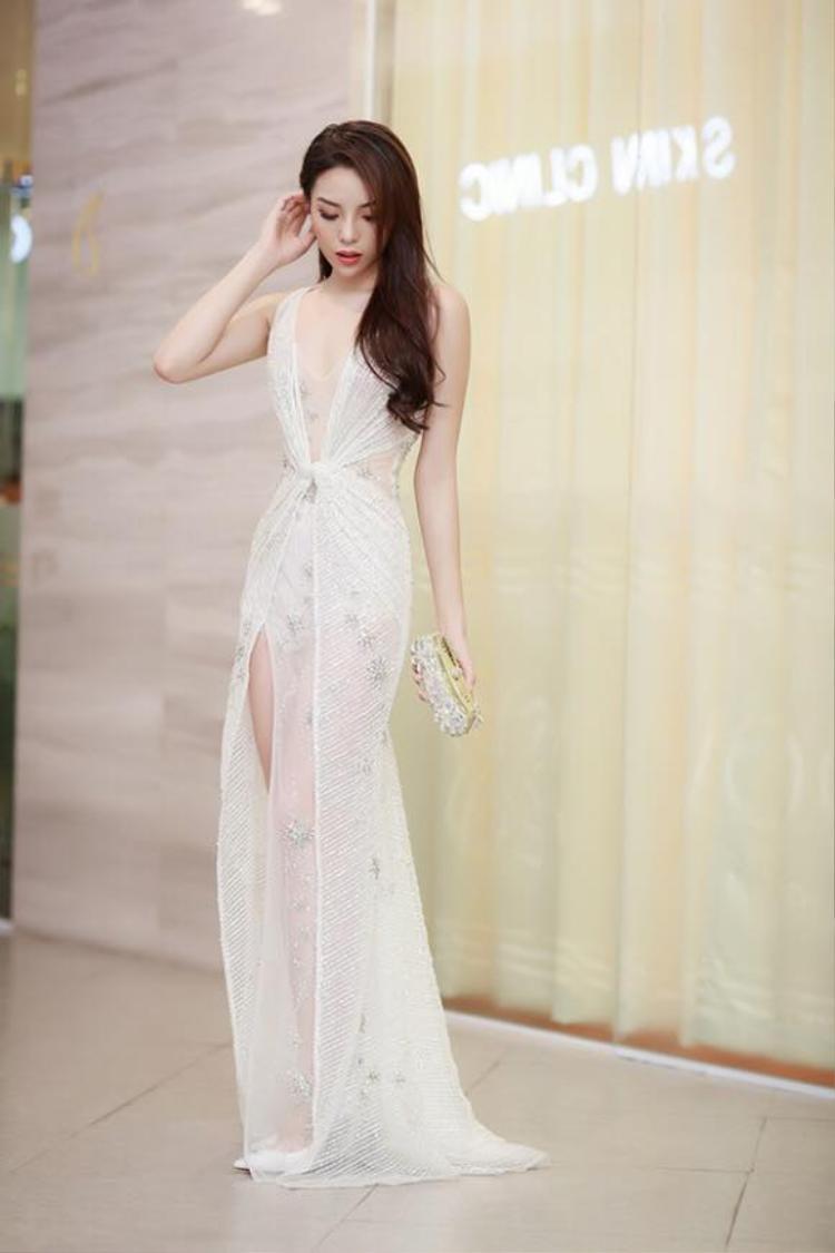 Nước da trắng, cùng vóc dáng cân đối giúp Hoa hậu Việt Nam 2014 nổi bật trong bộ cánh gam màu nhã nhặn.