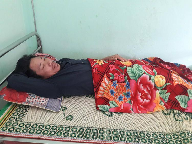 Sau khi bị nhóm cô đồ hành hùng, hiện ông Tuấn vẫn đang phải nằm điều tại bệnh viện. Ảnh nhân vật cung cấp