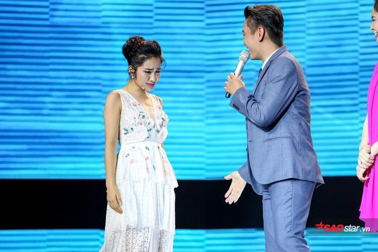 """Biểu cảm đáng yêu của Hòa Minzy khi """"thua cuộc"""" trước đàn chị."""