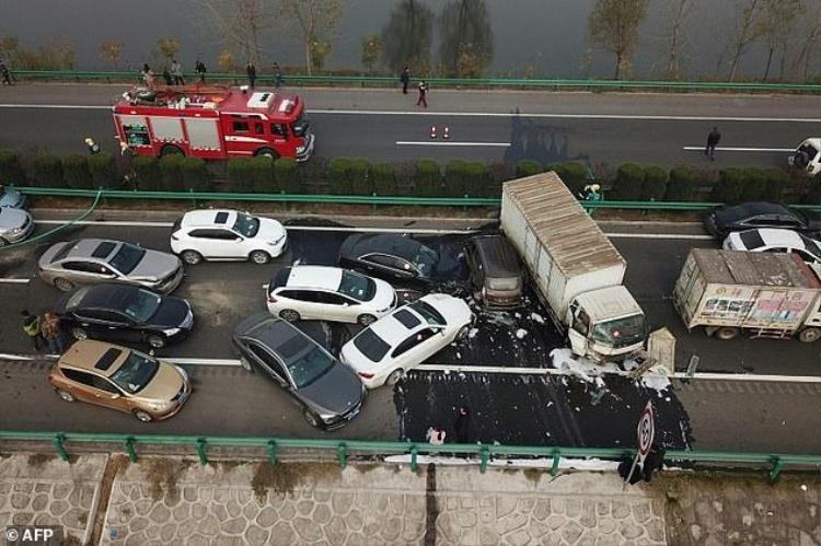 Hiện trường vụ tai nạn liên hoàn trên cao tốc ở Trung Quốc.