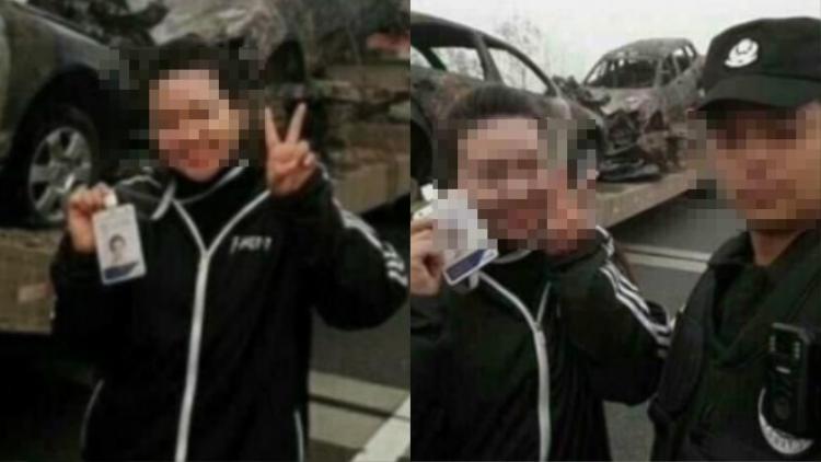 Nữ phóng viên tạo dáng chụp ảnh, đằng sau là hiện trường tai nạn.