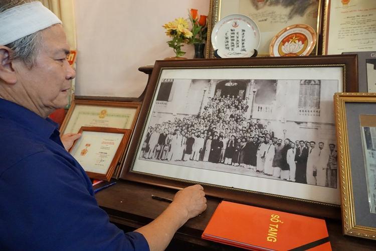 Bức ảnh được chụp năm 1946 ghi lại hình ảnh bố mẹ ông chụp cùng lãnh đạo Nhà nước và Đại biểu quốc hội khóa 1.