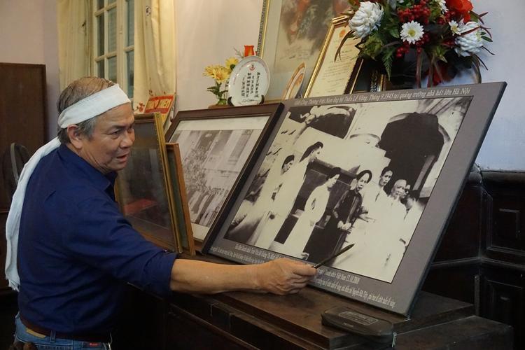 Ông Chính gìn giữ những hình ảnh thời xưa của gia đình.