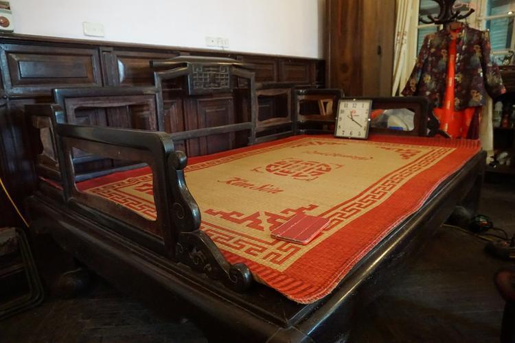 Chiếc giường, nơi Chủ tịch Hồ Chí Minh nghỉ ngơi trong những ngày lưu lại và làm việc tại số nhà 48 Hàng Ngang được gia đình gìn giữ.