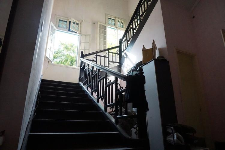 Cầu thang bao năm nhưng vẫn bóng nhoáng.