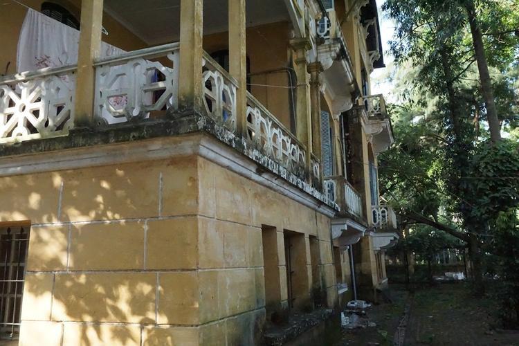 Căn nhà đã phủ màu rêu phong, có tuổi đời trăm năm tuổi.