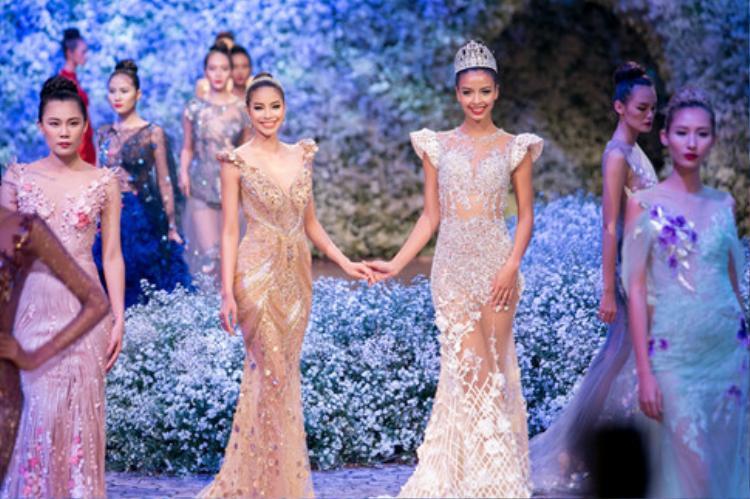 Trong show diễn của NTK Hoàng Hải, hoa hậu Pháp 2015 Flora Coquerel và Phạm Hương không chỉ là những khách mời đặc biệt mà còn có màn catwalk trên sân khấu ở vị trí vedette.