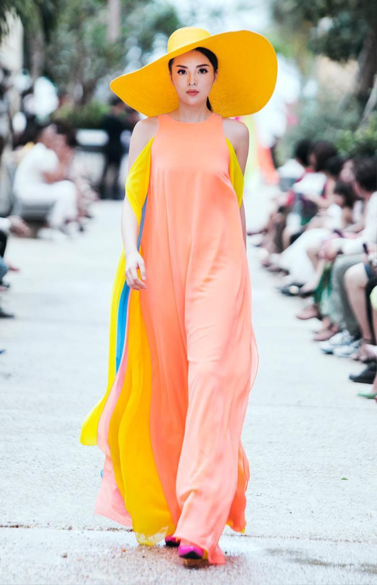 """Trong show thời trang xuân hè 2017 """"Life in Color""""được tổ chức vào hồi tháng 5 của NTK Đỗ Mạnh Cường. Hoa hậu Kỳ Duyên dường như """"thống trị"""" đường băng ở một vị trí đắt địa. Người đẹp sinh năm 1996 diện thiết kế suông nhiều màu sắc sải bước tự tin giữa dàn người mẫu đình đám.Dù không chuyên nghiệp như những chân dài làng mốt, song Hoa hậu Việt Nam 2014 xuất hiện khá ấn tượng trên đường băng."""