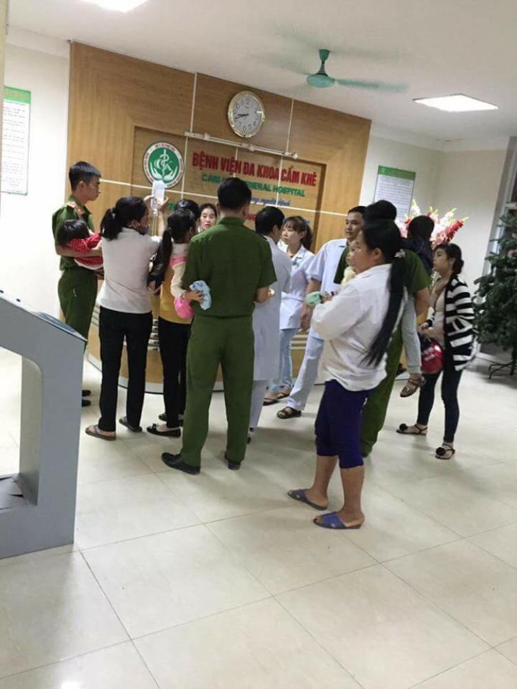 Nhiều trẻ được người nhà và công an đưa đến bệnh viện.