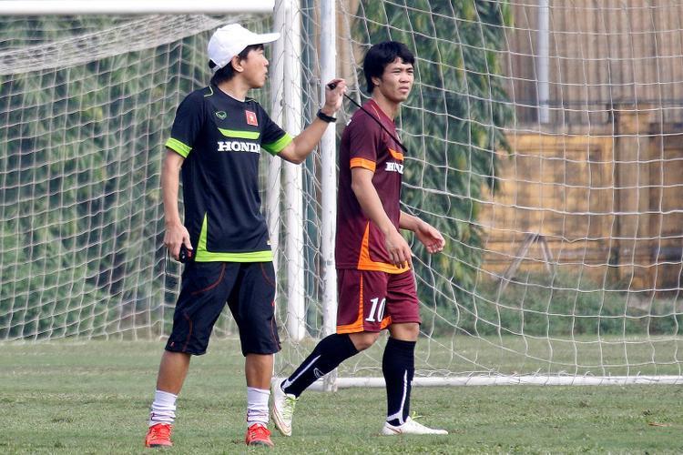 HLV Miura chỉ bảo Công Phượng rất kỹ. Ảnh: Báo Thanh niên