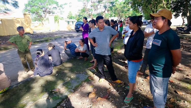 Tại nhà xác bệnh viện đa khoa tỉnh Bình Phước, rất đông người dân hiếu kỳ, tụ tập theo dõi sự việc.