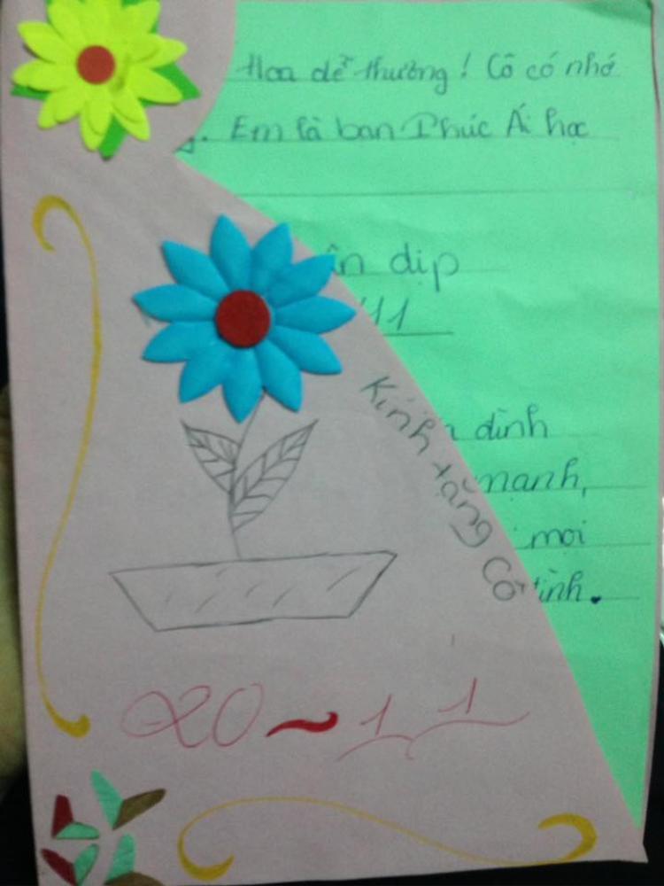Tấm thiệp cô giáo Hoa nhận được từ học trò của mình. Đơn giản nhưng chứa đựng đầy tình cảm và đó là niềm vui lớn đối với cô.