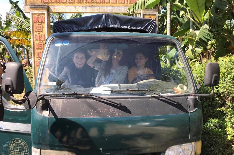 Hậu công khai yêu Kim Lý, Hồ Ngọc Hà giản dị ngồi xe tải đi từ thiện cùng fan Đà Nẵng