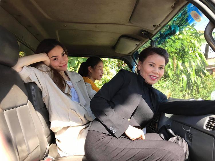 Hồ Ngọc Hà cùng mẹ và người hâm mộ đi từ thiện ở Đà Nẵng.