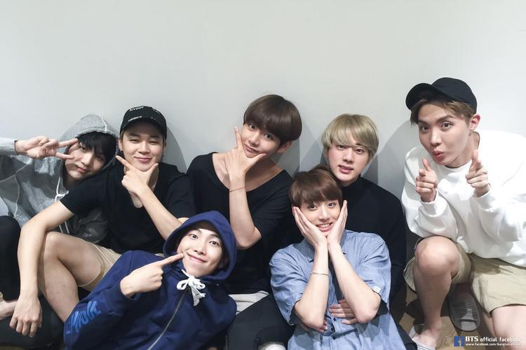 BTS tổ chức 1 mini concert dành tặng fan Los Angeles vào chiều thứ 4 vừa qua.